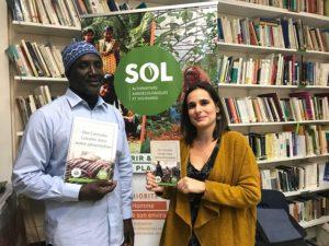 Clotilde Bato, directrice de SOL et Nadjirou Sall, secrétaire général de la FONGS tenant les livrets