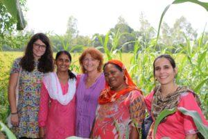 Au centre, Mme Michèle Kapel-Marcovici, PDG du groupe RAJA et présidente de la Fondation Raja-Marcovici, entourée de deux paysannes du projet et d'Audrey et Clotilde de SOL.