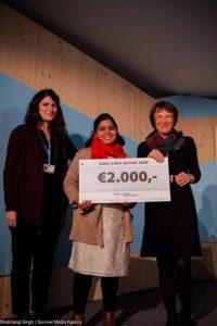 Remise du prix Solution Genres & Climat à Néha, Chargée du projet pour Navdanya, et Audrey, Responsable des programmes chez SOL